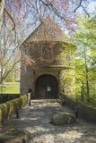 Dortmund, Ruhr teren, Północny Rhine Westphalia Niemcy, Kwiecień, - 16 2018: Gatehouse kasztelu Brà ¼ nninghausen przy parkowym w fotografia stock