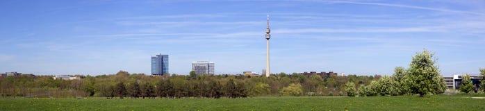 Dortmund, Ruhr teren, Północny Rhine Westphalia Niemcy, Kwiecień, - 16 2018: Panoramiczna miasto linia horyzontu fotografia royalty free