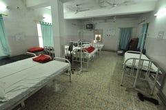 Dortoir vide dans une clinique dans le Bihar, Inde Photos stock