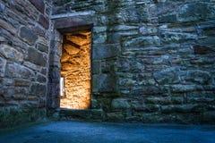 Dorway illuminato al castello antico Fotografia Stock