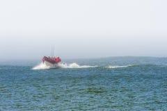 Dory Łódkowaty przybycie Wewnątrz Przy przylądkiem Kiwanda Obrazy Stock
