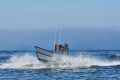 Dory Łódkowaty przybycie Wewnątrz Przy przylądkiem Kiwanda Zdjęcia Royalty Free