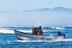 Dory Łódkowaty przybycie Wewnątrz Przy przylądkiem Kiwanda Zdjęcie Royalty Free