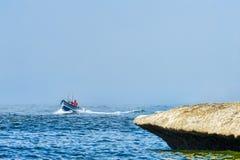 Dory łódkowaty przybycie wewnątrz z mgły Fotografia Royalty Free