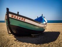 Dory рыбной ловли на пляже в Nazare, Португалии Стоковые Изображения RF