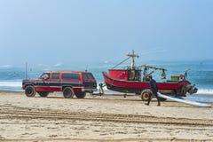 Dory boot die weg van strand worden vervoerd Stock Afbeelding