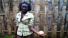 Dorze部落女孩用面团- Chencha,埃塞俄比亚 库存照片