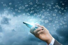 Dosłanie emaile używać telefon komórkowego obrazy stock