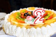 Dos años de cumpleaños de vela número 2 dos de la torta Imagen de archivo libre de regalías