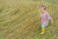 Dos años de la muchacha del preescolar que camina en la publicación anual Imagen de archivo libre de regalías