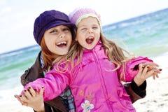 Dos años de las hermanas 4 y 21 en la playa Imagen de archivo libre de regalías