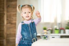 Dos años del bebé mienten en el piso Foto de archivo libre de regalías