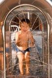 Dos años del muchacho en un waterpark Fotografía de archivo