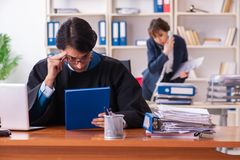 Dos abogados que trabajan en la oficina fotos de archivo libres de regalías