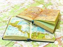 Dos abrieron el libro viejo del atlas en la correspondencia de la extensión Foto de archivo libre de regalías