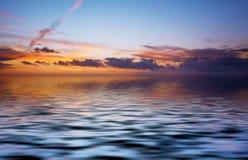 Dos abstrait d'océan et de coucher du soleil Photographie stock