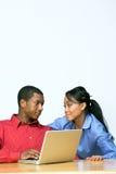 Dos adolescencias con el ordenador portátil - horizontal Fotografía de archivo
