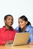 Dos adolescencias con el ordenador portátil - horizontal Foto de archivo