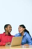 Dos adolescencias con el ordenador portátil - horizontal Fotografía de archivo libre de regalías