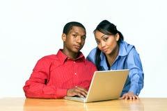 Dos adolescencias con el ordenador portátil - horizontal Imagen de archivo libre de regalías