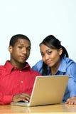 Dos adolescencias con el ordenador portátil - horizontal Imagen de archivo