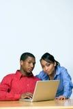 Dos adolescencias con el ordenador portátil - vertical Fotografía de archivo