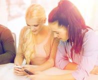 Dos adolescencias con smartphones en la escuela Fotografía de archivo