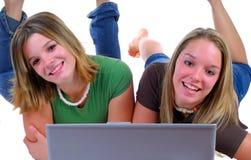 Dos adolescencias con una computadora portátil Fotografía de archivo libre de regalías