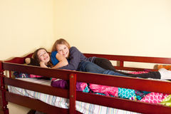 Dos adolescencias en cama Imagenes de archivo