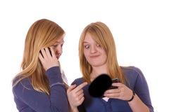 Dos adolescencias en el teléfono Fotos de archivo libres de regalías