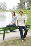 Dos adolescencias en parque Fotos de archivo libres de regalías
