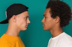 Dos adolescencias que miran uno a después de conflicto fotos de archivo