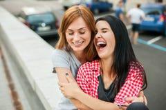 Dos adolescencias que se sientan cerca del camino Fotografía de archivo