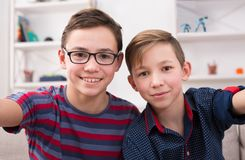 Dos adolescencias sonrientes elegantes que toman el selfie Fotografía de archivo libre de regalías