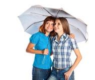 Dos adolescente-muchachas con el paraguas Imagenes de archivo