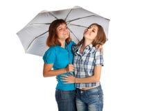 Dos adolescente-muchachas con el paraguas Fotos de archivo