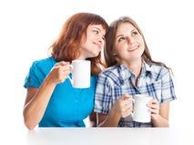 Dos adolescente-muchachas están bebiendo té Imagenes de archivo