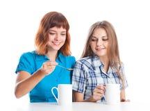 Dos adolescente-muchachas están bebiendo té Fotografía de archivo