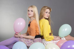 Dos adolescentes atractivos con los globos coloridos Fotografía de archivo libre de regalías