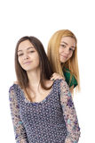 Dos adolescentes atractivos sonrientes - rubios y morenita-presentación Imagen de archivo libre de regalías