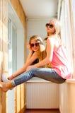 Dos adolescentes bonitos felices en gafas de sol Foto de archivo