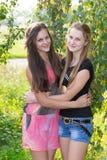 Dos adolescentes cerca de un abedul Imágenes de archivo libres de regalías