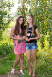 Dos adolescentes cerca de un abedul Foto de archivo libre de regalías