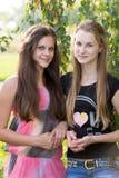 Dos adolescentes cerca de un abedul Foto de archivo