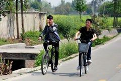 Pengzhou, China: Adolescentes chinos que montan las bicicletas Fotografía de archivo