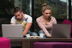 Dos adolescentes con el ordenador portátil Fotografía de archivo libre de regalías