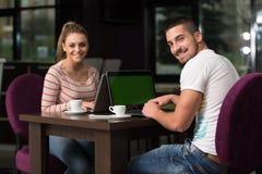Dos adolescentes con el ordenador portátil Foto de archivo