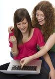 Dos adolescentes con el ordenador portátil Imágenes de archivo libres de regalías
