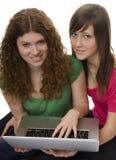 Dos adolescentes con el ordenador portátil Imagen de archivo libre de regalías