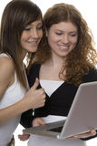 Dos adolescentes con el ordenador portátil Imagen de archivo